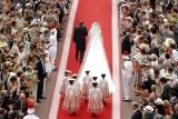 Charlene accompagnata dal padre e seguita dalle 7 damigelle