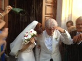 I neo-sposi all'uscita della chiesa, sotto una pioggia di riso