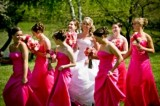 Le damigelle adulte seguono la sposa