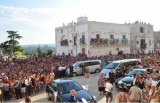 La folla attorno alla chiesa Matrice di San Nicola in attesa degli sposi