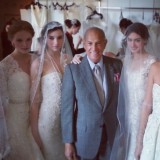 Lo stilista Oscar De La Renta in compagnia di alcune delle sue modelle