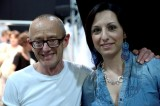 Lo stilista David Fielden con l'inviata Lucia